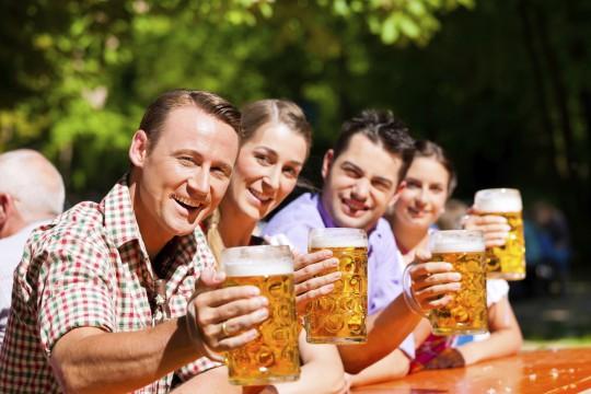 Drinkbar und Biergarten (Symbolbild)