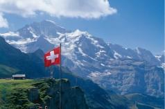 Schweiz: Aussichtspunkt vor dem Bergmassiv der Jungfrau