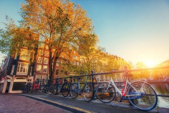 Amsterdam: Schöne ruhige Szene der Stadt/Fahrräder
