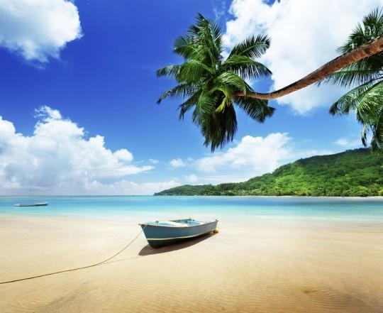 Seychellen: Boot am Strand Mahe island