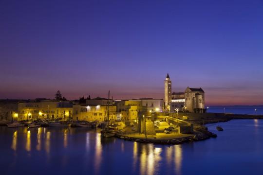 Apulien: Trani bei Nacht
