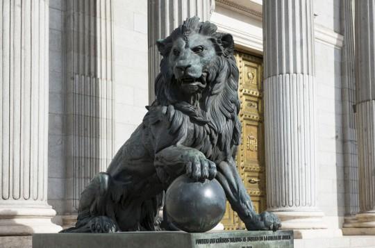 Madrid: Löwenstatue außerhalb des span. Kongresses