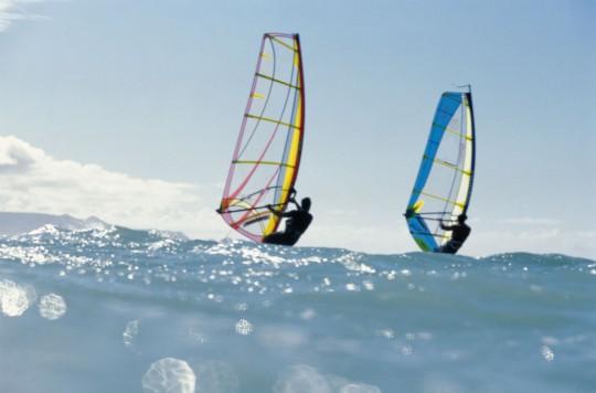 Windsurfen vor den Küsten (Symbolbild)