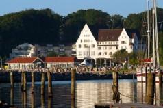 Glücksburg: Hafen mit Hotel