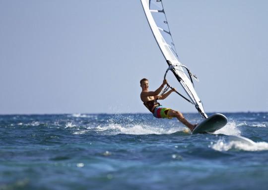 Wellenreiten und Windsurfing (Symbolbild)